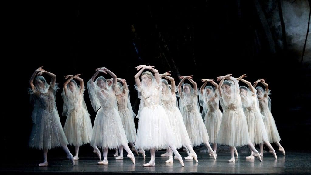 Fotografía deuna escena de ballet la ópera Giselle