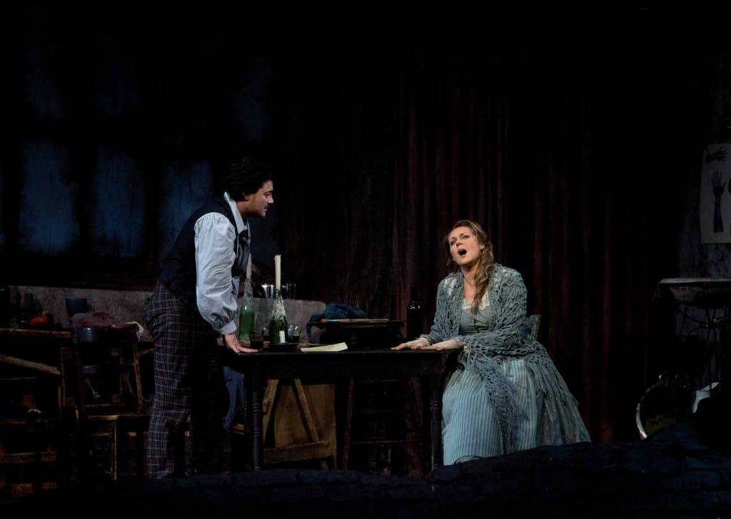 Escena de La Bohème de Giacomo Puccini, , con Vittorio Grigolo como Rodolphe y Kristine Opalais como Mimi en el Metropolitan Opera's Live