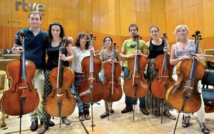 Suzana Stefanovic junto a la sección de violonchelos de la OSRTVE.