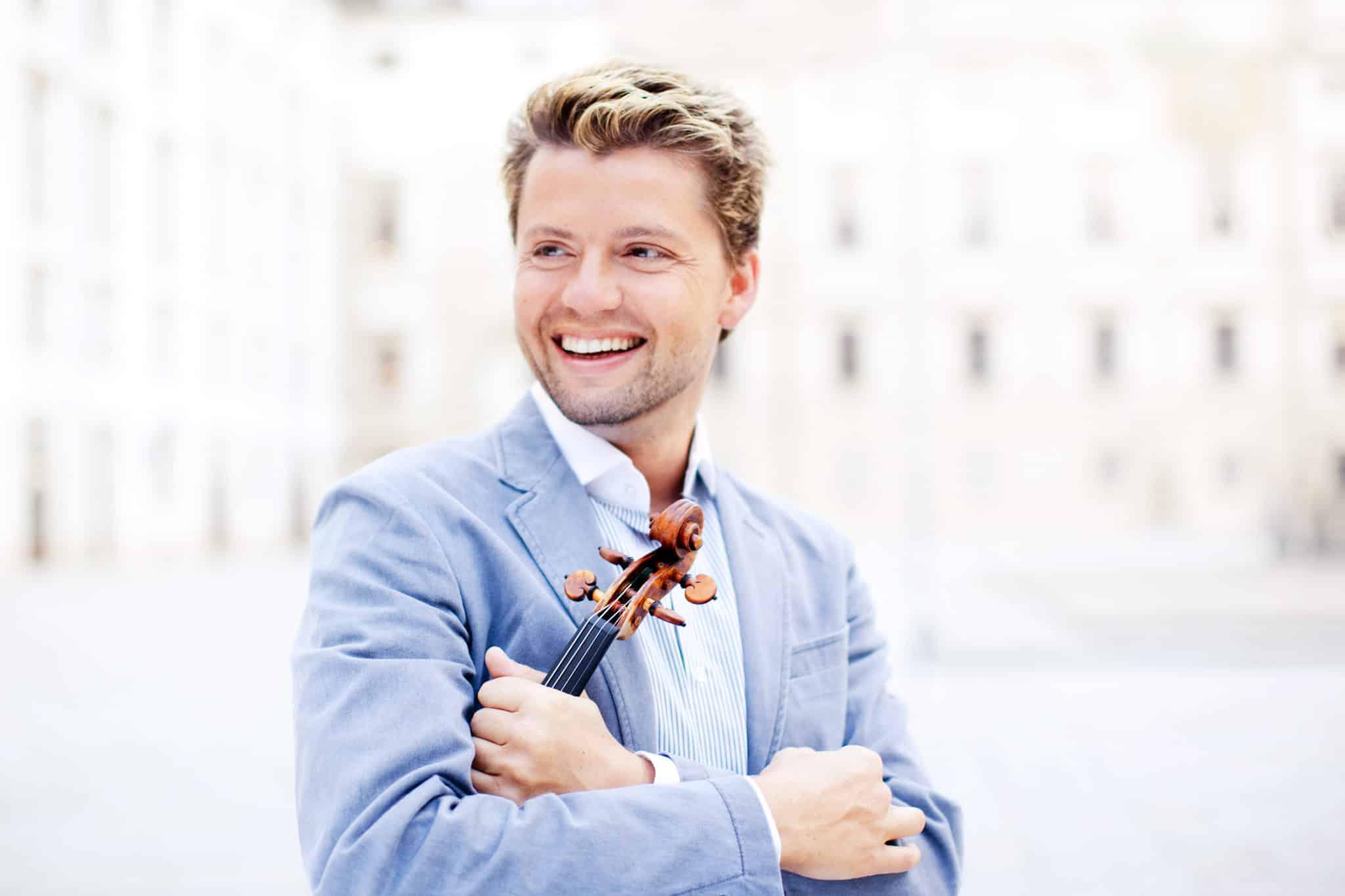 El violinista y director Julián Rachlin que actuará junto a la OSIB en el festival