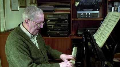 Manuel Castillo sentado al piano