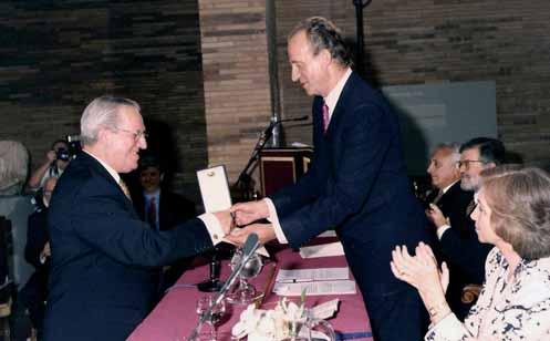 Recibiendo la Medalla de Oro al Mérito de las Bellas artes de manos de Juan Carlos I