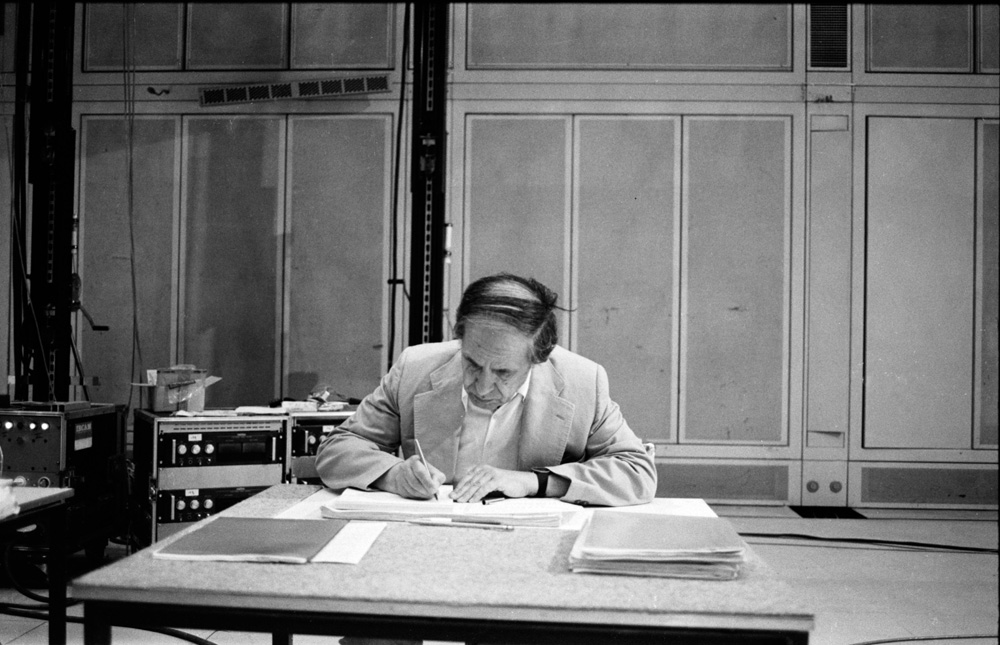 El compositor Pierre Boulez trabajando en el IRCAM en 1983.