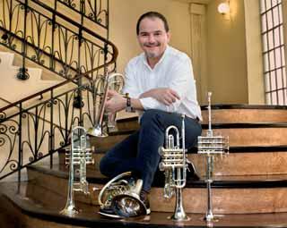German Asensi con varias de sus trompetas.