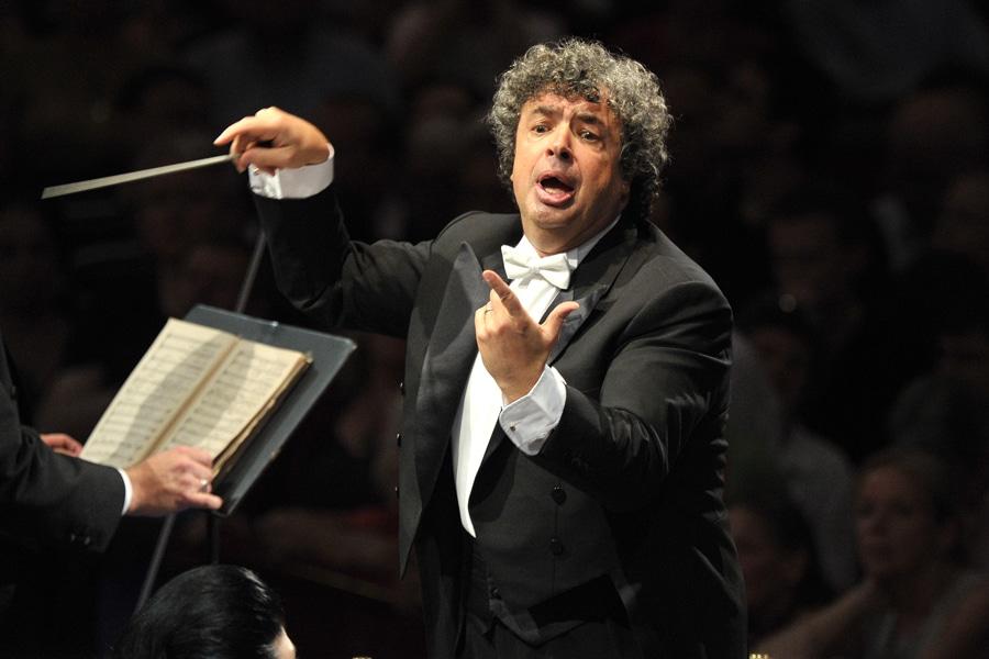 Semyon Bychkov dirige a la Orquesta Filarmónica de Viena en el Royal Albert Hall de Londres.