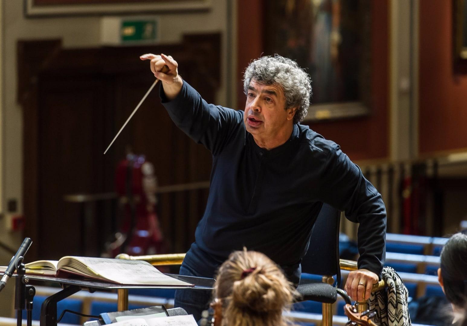 Semyon Bychkov ensayando junto a la Orquesta Filarmónica de la República Checa.