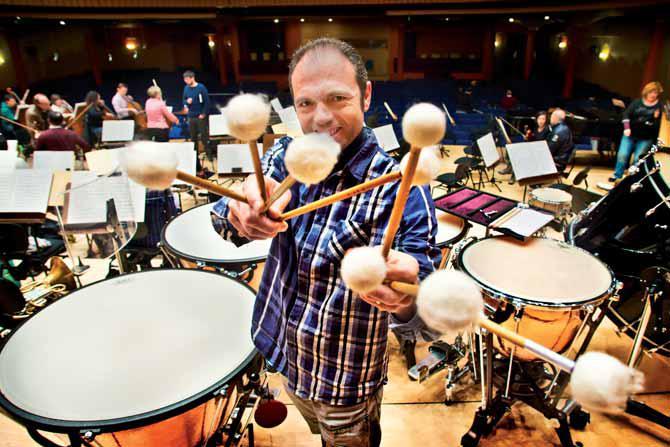 Rafael Más López sujetando las baquetas del timbal.
