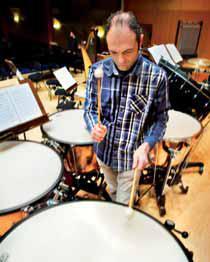 Rafael Más López tocando el timbal.