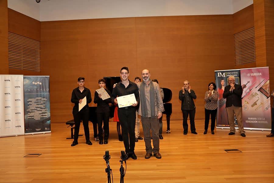 Stoyan Paskov Kostadinov recibe el Primer Premio de manos de Alfonso Carraté