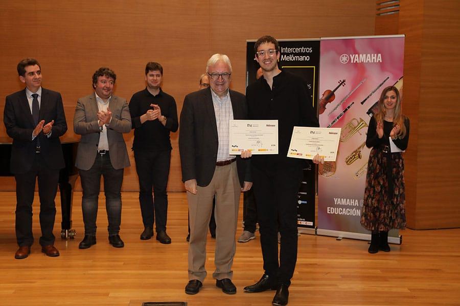 Joaquín Arias Fernández recibe el Primer Premio de manos de Juan Ángel Vela del Campo