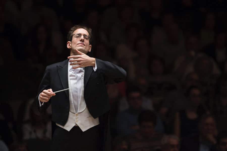 El maestro Pablo González dirige la Real Filharmonía de Galicia