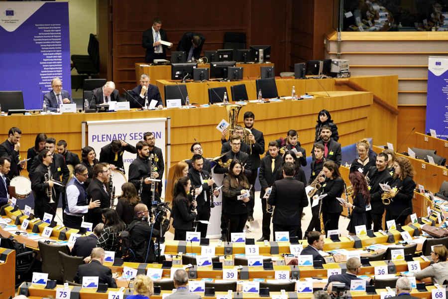 La Joven Banda Sinfonica de la FSMCV actua en el hemiciclo del Parlamento Europeo