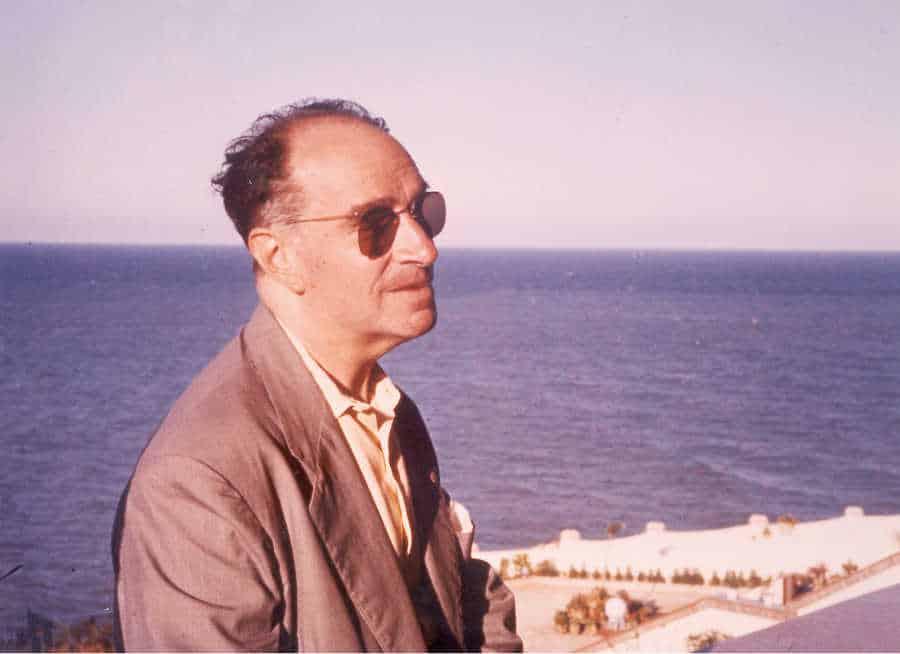 Joaquín Rodrigo junto al Mar Mediterráneo en el Faro de Cullera, Valencia (1969)