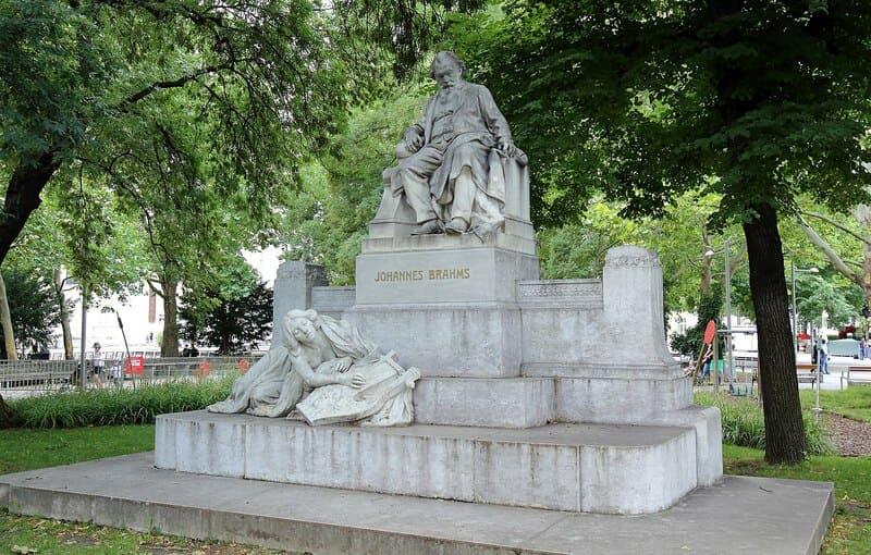 Monumento a Johannes Brahms, situado en Karlsplatz (Viena)