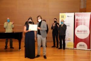 Sofía Salazar Sánchez recibe el Segundo Premio de manos de Daniel Abad