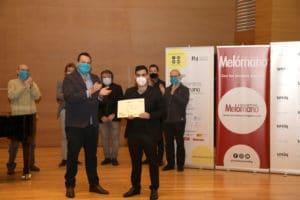 Alfonso Saiz Revuelta recibe el Tercer Premio de manos de Martín Llade