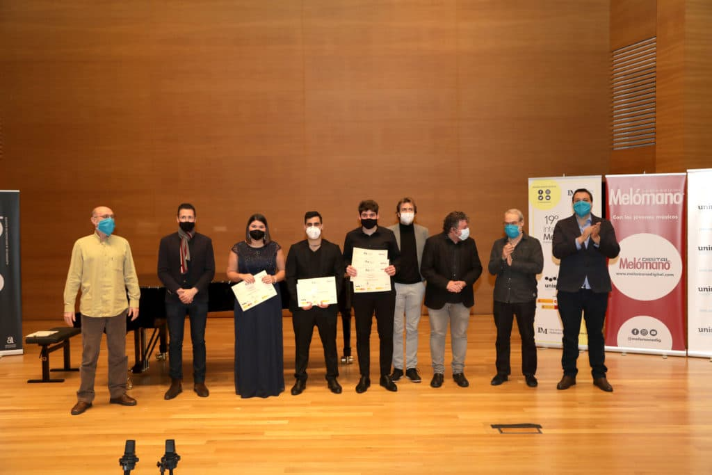 Los ganadores de Grado Superior junto a los miembros del jurado y el representante de Hinves