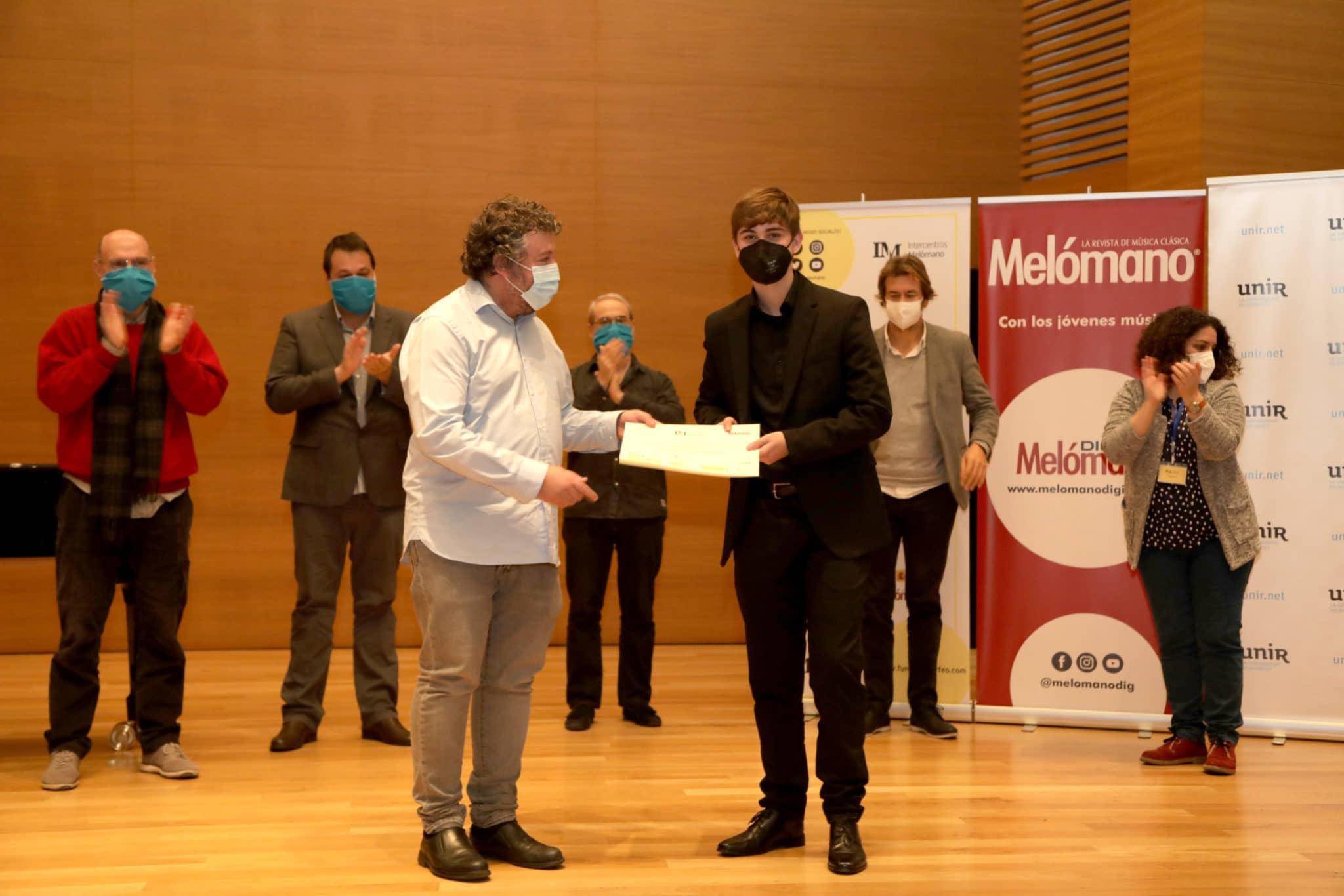 Alexis Pelayo González recibe su diploma de Finalista de manos de Francisco Escoda