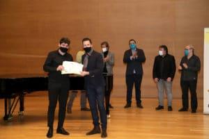 Roberto Rúmenov Iliev recibe el Primero Premio de manos de Eduardo Frías