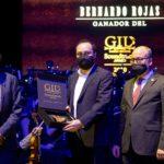 Gil Soundtrack Award 2020: Los hermanos Gil con el ganador, Bernardo Rojas