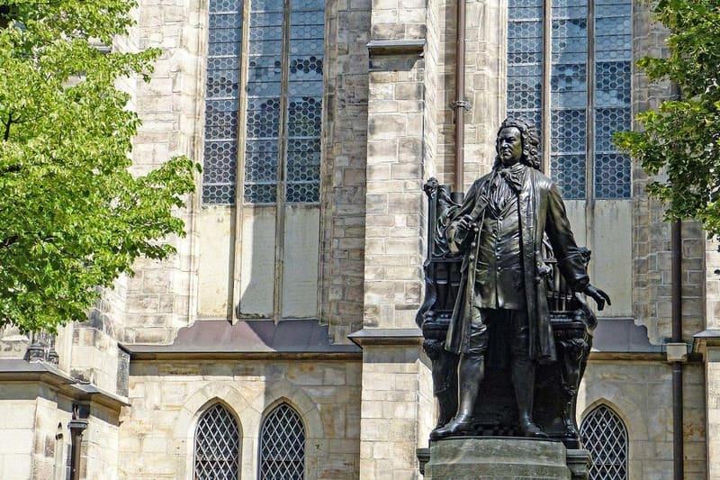 Estatua de Johann Sebastian Bach situada frente a la Iglesia de Santo Tomás en Leipzig (Alemania), en la que el maestro trabajó desde 1723 hasta su fallecimiento