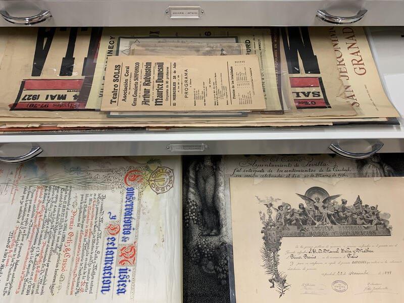 Detalle planero con carteles y premios de Manuel de Falla © Archivo Manuel de Falla