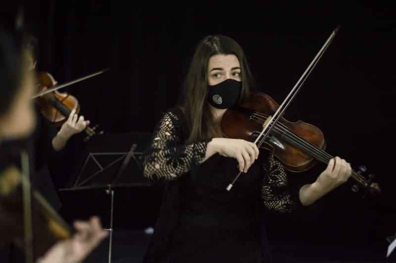 Alba Encinas directora de la Orquesta Volvemos