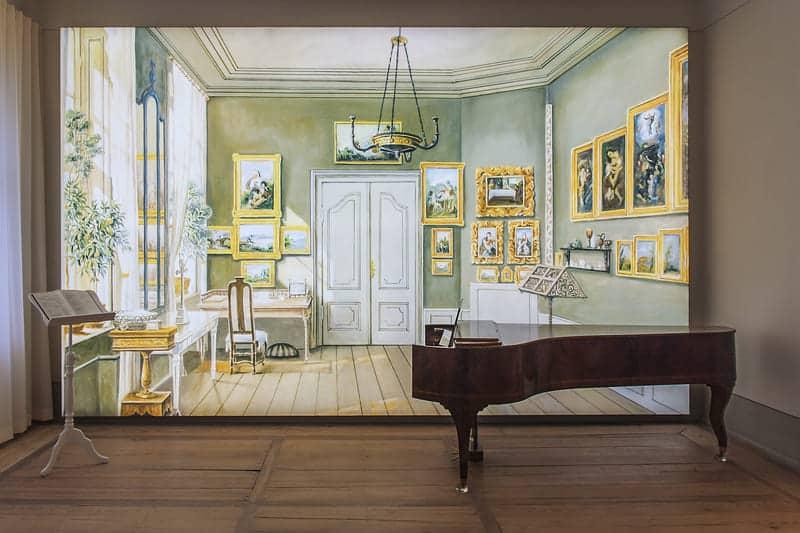 Sala de estudio de Fanny Hensel en Berlín iluminada por tecnología moderna en la Casa Mendelssohn en Leipzig