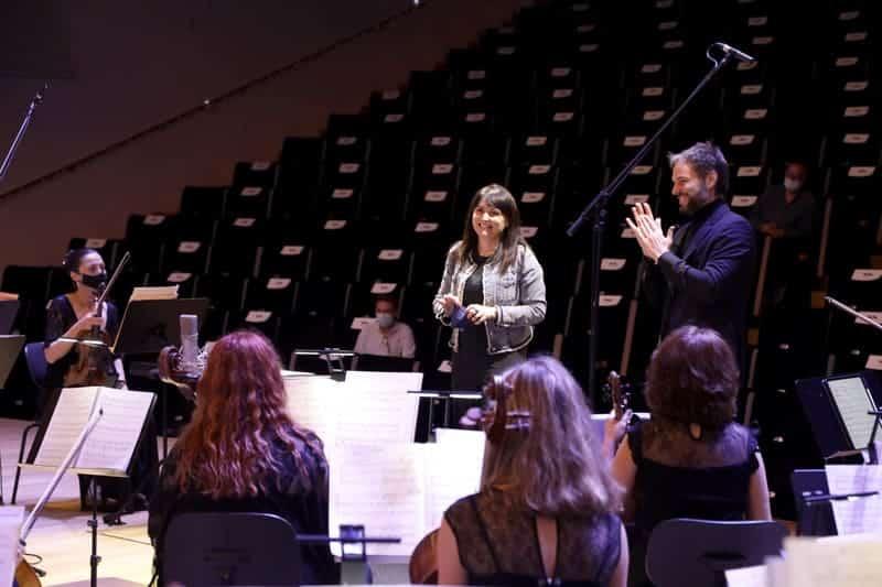 Julia Parra visitando a ADDA·Simfònica durante un ensayo